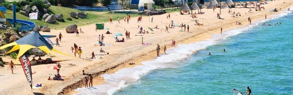 песчаном пляже крыма